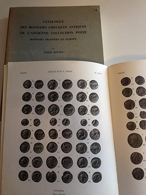 obverse image:  BOUTIN, S. Monnaies Grecques Antiques. Collection Prof. S. Pozzi. 2 volumi. Texte, Planches, Catalogue de la vente. Ristampa A. G. Van Der Dussen B. V., Maastricht, 1979. In-4, pp. XII, 290, 4 tavole simboli, 202 tavole b/n, brossura editoriale.