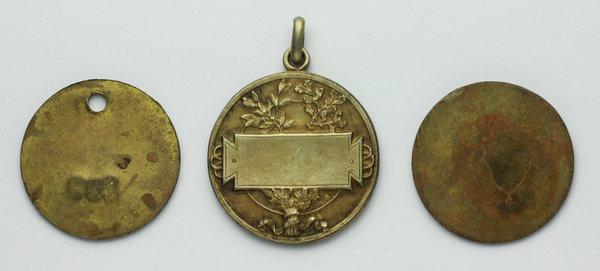 Lotto Di 3 Medaglie Del Ventennio: Due Medagliette Tassa Per I Cani (1928 E  1931) E Medaglia Premio Senza Nome Nè Data Del Comune Di Modena. AG Dorato  E AE.