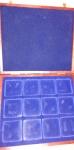 R/  COFANETTO BOX in legno con divisione quadrata x 12 monete. Ripiano in fioccato bleu (NON SI ACCETTANO RESI)