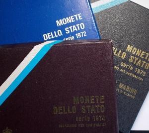 D/ Lotti - San Marino. Insieme di 3 serie. Monete integre, scatole non perfette