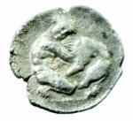 R/ Mondo Greco. Calabria. Tarentum. Diobolo. D/ Testa di Athena con elmo corinzio ornato da Scilla a destra. R/ Eracle in ginocchio a destra con clava nella mano destra e con la sinistra strangola il leone Nemeo. Vlasto 1334. Peso 1,01 gr. Diametro 11,00 mm. BB+.