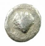 D/ Mondo Greco. Calabria. Tarentum. 380-334 a.C. Obolo. AG. D/ Conchiglia. R/ Testa femminile a destra. SNG ANS 1342. Peso 0.60 gr. Diametro 10,49 mm. BB. R.