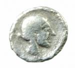 R/ Mondo Greco. Calabria. Tarentum. 380-334 a.C. Obolo. AG. D/ Conchiglia. R/ Testa femminile a destra. SNG ANS 1342. Peso 0.60 gr. Diametro 10,49 mm. BB. R.