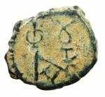 D/ Bizantini. Giustino II. 565-578 d.C. Pentanummo. AE. Costantinopoli. D/ Monogramma Sear 8. R/ Grande ε. A destra K. Sear 364. D.O. 60. Peso 2,00 gr. Diametro 14.00 mm. BB+. Patina deserto.