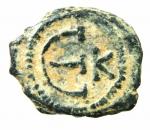 R/ Bizantini. Giustino II. 565-578 d.C. Pentanummo. AE. Costantinopoli. D/ Monogramma Sear 8. R/ Grande ε. A destra K. Sear 364. D.O. 60. Peso 2,00 gr. Diametro 14.00 mm. BB+. Patina deserto.