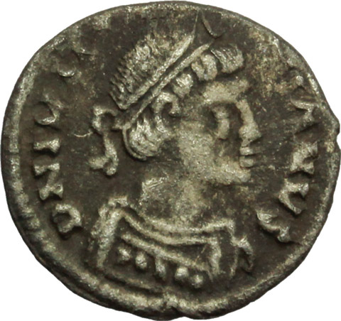 D/ Justinian I (527-565).  AR 1/2 Siliqua, Ravenna mint. Obv. DN IVSTINIANVS. Diademed and cuirassed bust right, wearing imperial mantle. Rev. Christogram on globe between two stars; all within wreath. DOC 339. Sear 320. Ranieri 361 var. AR. g. 0.70  mm. 12.80  RR. Very rare.  Good VF.