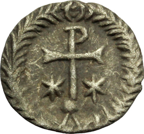 R/ Justinian I (527-565).  AR 1/2 Siliqua, Ravenna mint. Obv. DN IVSTINIANVS. Diademed and cuirassed bust right, wearing imperial mantle. Rev. Christogram on globe between two stars; all within wreath. DOC 339. Sear 320. Ranieri 361 var. AR. g. 0.70  mm. 12.80  RR. Very rare.  Good VF.