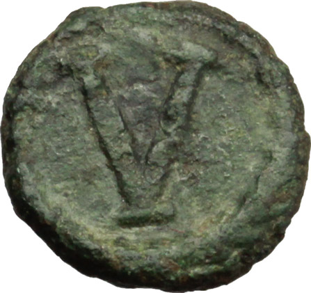 R/ Justinian I. (527-565).  AE Pentanummium, Rome mint (?). Obv. DN IVS[ ] P AV. Diademed, draped and cuirassed bust right. Rev. Large V; above, star; all within wreath. DOC 370. Sear 338. AE. g. 2.03  mm. 21.00   Green patina. VF.