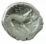 R/ I Celti. Gallia Cisalpina. Insubri. III-II Sec. a.C. Dracma, imitazione del tipo massaliota. Ag. D/ Testa di Artemide a destra. R/ Leone stilizzato gradiente a destra. Peso 2,51 gr. Diametro 16,00 mm. BB+.