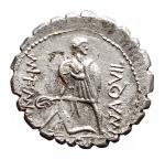 R/ Repubblica Romana - Gens Aquilia. 71 a.C.Denario Serrato.AR. D/ Busto elmato e drappeggiato della Virtus a destra, davanti VIRTVS, dietro, III VIR. R/ Guerriero con scudo nella sinistra, mentre sostiene una figura caduta, nel campo a destra MN AQVIL, a sinistra MN F MN N; in ex. SICIL. Crawford 401/1; Aquilia 2; Sydenham 798. Peso 3,27 gr. Diametro 19,68 mm. qSPL.