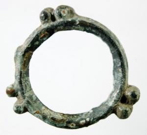 D/ I Celti. II-I sec. a.C. Moneta ad anello con tre coppie di globetti.: AE. Peso 2,00 gr. Diametro 24 mm. BB+.w