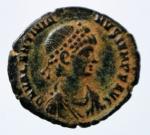 D/ Impero Romano. Valentiniano II. 375-392 d.C. Ae. D\ DN VALENTINIANVS P F AVG Busto diademato verso destra. R/ VRBS ROMA Roma elmata seduta su cippo, regge il Palladion e una lancia. In esergo ANT B. RIC.34 - C.80 - LRBC.2345 - MRK.159 /27. Peso 1,95 gr. Diametro 18,00 mm. SPL. Patina Deserto.