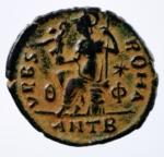 R/ Impero Romano. Valentiniano II. 375-392 d.C. Ae. D\ DN VALENTINIANVS P F AVG Busto diademato verso destra. R/ VRBS ROMA Roma elmata seduta su cippo, regge il Palladion e una lancia. In esergo ANT B. RIC.34 - C.80 - LRBC.2345 - MRK.159 /27. Peso 1,95 gr. Diametro 18,00 mm. SPL. Patina Deserto.