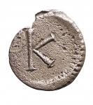 R/ Bizantini - Giustiniano I. 527-565 d.C.Mezza Siliqua.Ag. D/ Busto con testa elmata di Costantinopoli a destra. R/ Grande K. Bendall, Anonymous 8; Vagi 3051. Peso gr. 1,02. Diametro mm. 13,69 x 14,03.BB+. R.