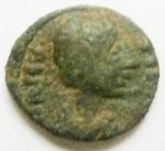 D/ Bizantini. Giustino II. 565-578 d.C. Pentanummo. AE. Roma (?). D/ Busto a destra. R/ V entro corona. D.O. 208 var. P. 114. Peso gr. 1,04. Diametro mm. 12. SPL. Patina verde. Ottima conservazione per il tipo. R.