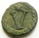 R/ Bizantini. Giustino II. 565-578 d.C. Pentanummo. AE. Roma (?). D/ Busto a destra. R/ V entro corona. D.O. 208 var. P. 114. Peso gr. 1,04. Diametro mm. 12. SPL. Patina verde. Ottima conservazione per il tipo. R.