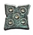 D/ Bizantini - Peso quadrangolare in Ae. Al diritto 5 globetti. Peso gr. 4,33. Diametro mm. 13,47 x 14,01. Bella patina verde e buona conservazione.