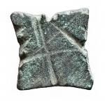 R/ Bizantini - Peso quadrangolare in Ae. Al diritto 5 globetti. Peso gr. 4,33. Diametro mm. 13,47 x 14,01. Bella patina verde e buona conservazione.