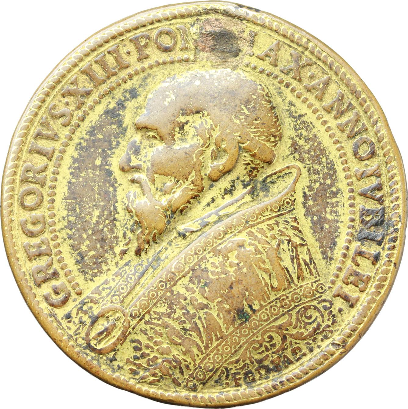 D/ Gregorio XIII (1572-1585), Ugo Boncompagni. Medaglia per l'Apertura della Porta Santa, 1575.    Mod. 710. Patr. p. 56. Armand I/227/39. AE dorato.   mm. 36.50 Inc. G. Bonzagni. R. Foro otturato. MB.