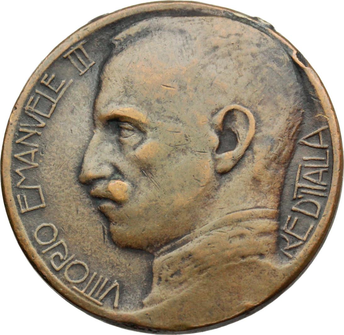 D/ Vittorio Emanuele III (1900-1943). Medaglia all'esercito e all'armata nella guerra di  redenzione e di civiltà. La Nazione 1915-1918.     AE.   mm. 30.50 Inc. Saponaro-Nelli.   qBB.
