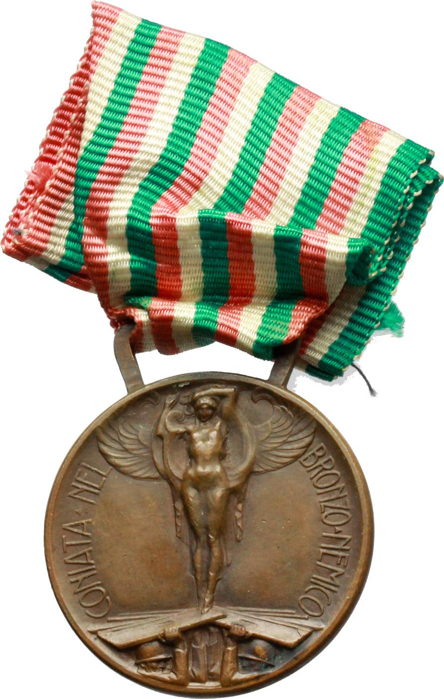 R/ Vittorio Emanuele III (1900-1943). Medaglia commemorativa della guerra 1915-1918 e nastrino tricolore.     AE.   mm. 32.50    Bel BB.