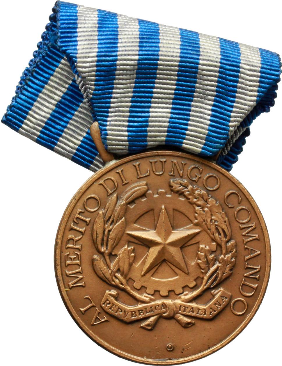 R/  Medaglia con nastrino Repubblica Italiana. Al Merito di lungo comando nella Guardia di Finanza (1954).    Brambilla p. 866. AE.   mm. 36.00    qSPL.