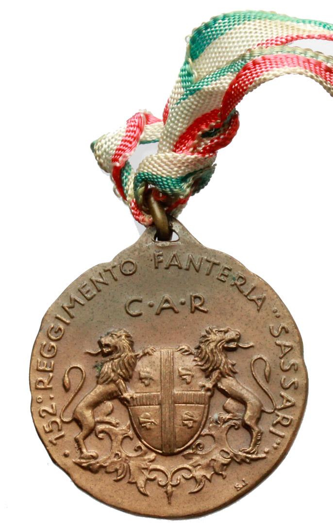R/  Medaglia con nastrino tricolore 152° Reggimento Fanteria Sassari.     AE.   mm. 28.00    SPL.