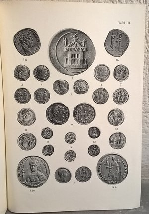 R/ ALFOLDI M. R. – Signum Deae. Die kaiserzeitlichen vorganger des Reichsapfels. Monaco, 1961. pp. 19-32, tavv. 2 raro