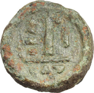 R/ Maurice Tiberius (582-602).  AE 10 Nummi, year 1 (582-583 AD), Catania mint. Obv. Crowned and cuirassed bust facing, holding globus cruciger and shield. Rev. Large I, between A/N/N/O and I; in exergue, CAT. DOC 264. Sear 580. AE. g. 4.44  mm. 15.50    VF.