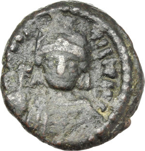 D/ Maurice Tiberius (582-602).  AE 10 Nummi, year 21 (602 AD), Catania mint. Obv. Cuirassed bust facing, wearing plumed helmet and holding globus cruciger and shield. Rev. Large I, between A/N/N/O and X/X/I; in exergue, CAT. MIB 137D. Sear 581. AE. g. 3.64  mm. 15.50    VF.