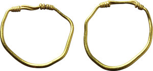 D/  A pair of roman gold earrings. I-II century AD. 12 mm. 1.04 g.