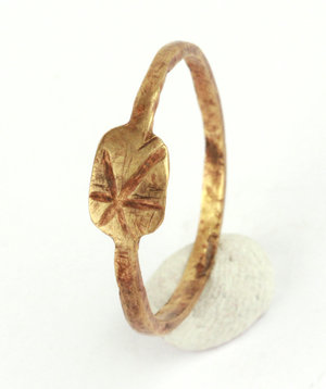 D/   Late roman gold ring with engraved bezel: star.  IV-V century AD. Gold, 20 mm. 0.66 g.