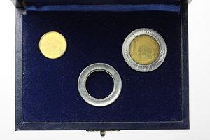 R/  500 lire 1982  in cofanetto 'Nuova SIAS' con corona circolare in acmonital e disco centrale in bronzital.     AC e BR.