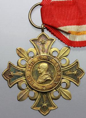 D/ Leone XIII (1878-1903), Gioacchino Pecci. Decorazione 1888 in argento dorato con nastrino originale.     AG dorato.   mm. 44.00    SPL.