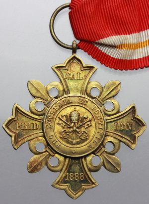R/ Leone XIII (1878-1903), Gioacchino Pecci. Decorazione 1888 in argento dorato con nastrino originale.     AG dorato.   mm. 44.00    SPL.