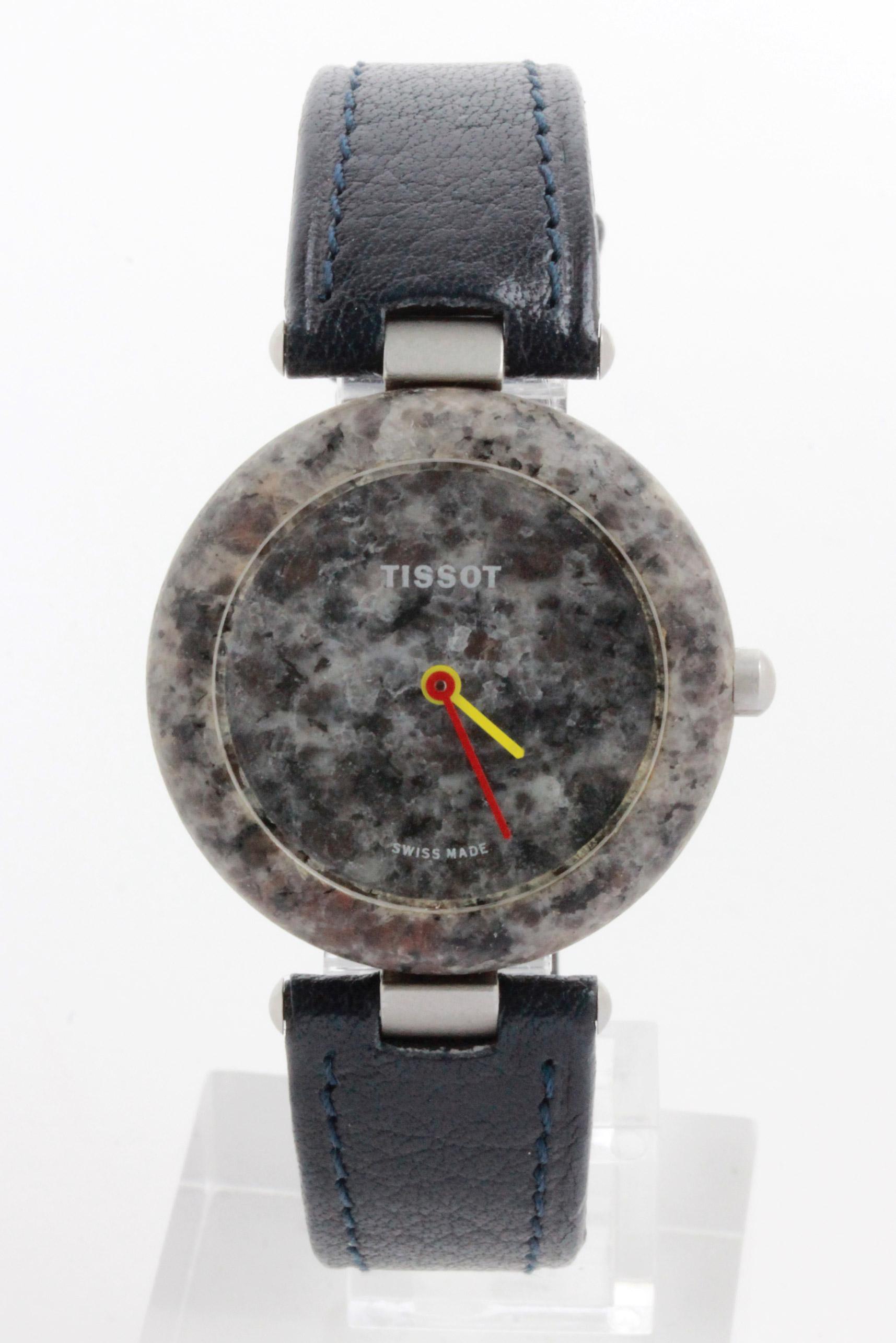 D/ Tissot Rock Watch quarzo, anni '80, 30 mm. Tissot Rock Watch quarzo, anni '80. Ref. R. 150. Cassa granito. Vetro minerale, quadrante granito con sfera ore gialla e sfera minuti rossa. 30 mm. Cinturino in pelle originale Tissot. Fibbia originale .