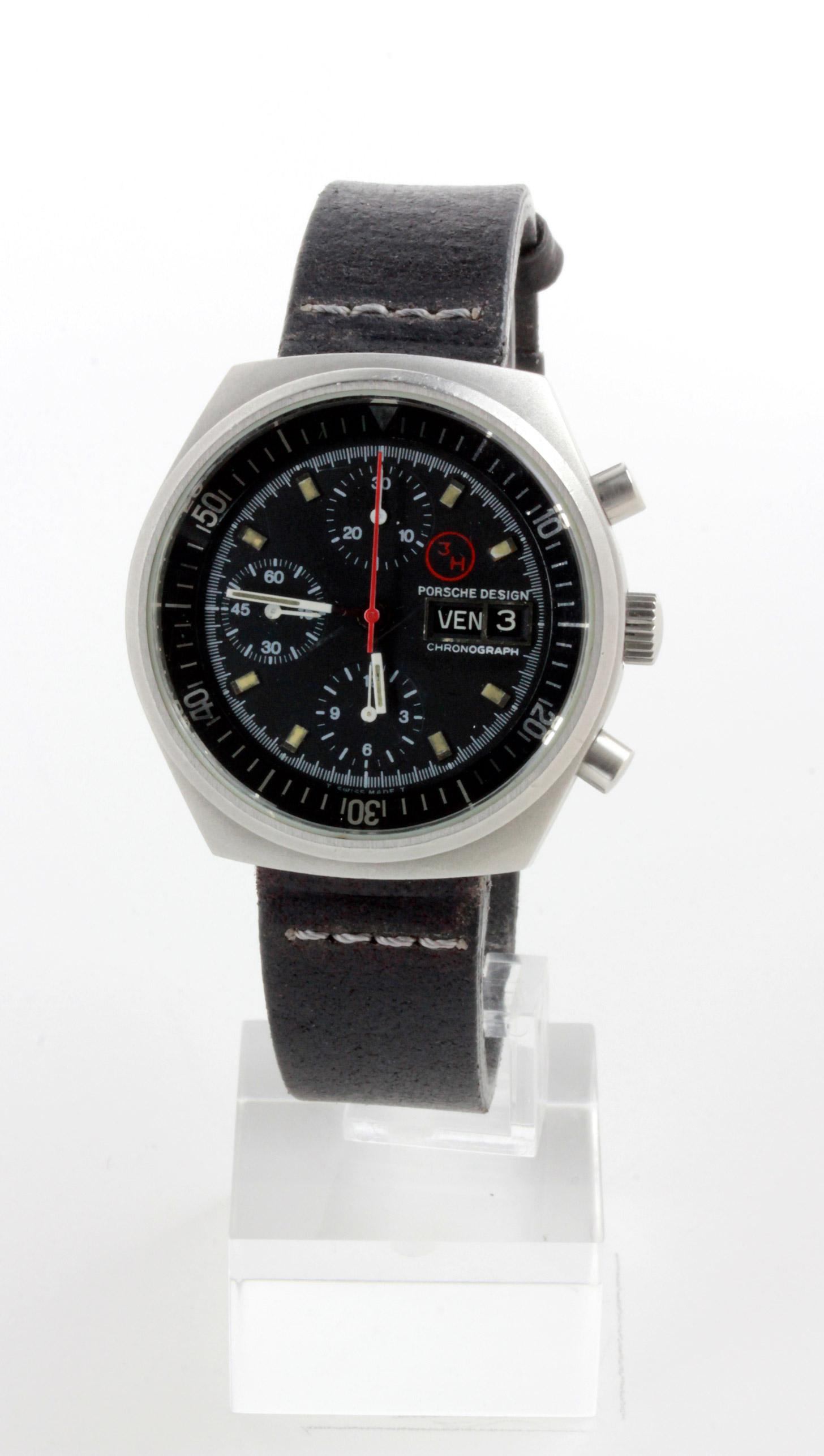 D/ Porsche Design cronografo con data automatico, anni '80, 41. Porsche Design cronografo con data automatico, anni '80. Ref. 885.108 MR. Cal. 7750. Cassa acciaio sabbiato. Fondo a vite. Tasti a pompa. Vetro minerale, quadrante nero indici trizio. 41. Fibbia MOMO Design.