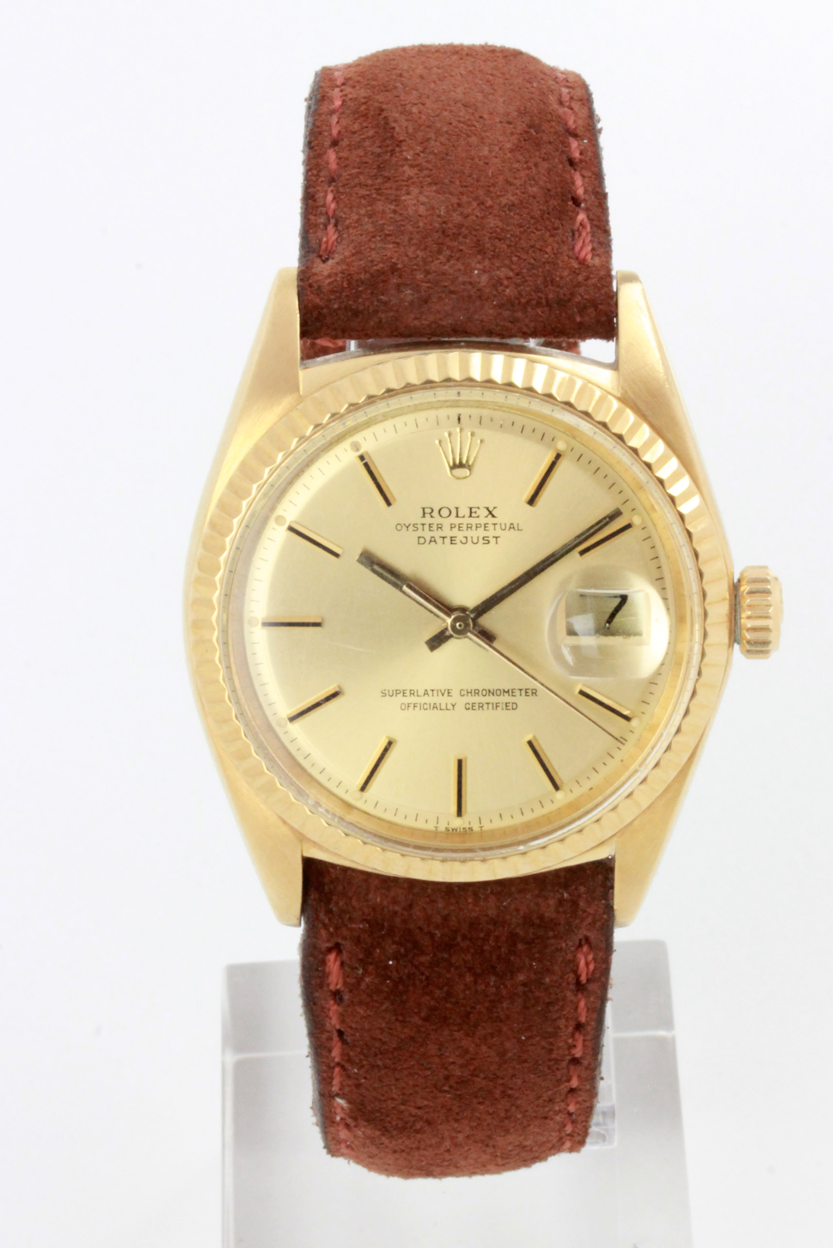 D/ Rolex Datejust automatico, anni '70, 35 mm. Rolex Datejust automatico, anni '70. Ref. 1601. Cassa oro giallo. Vetro plexiglass, quadrante champagne oro con indici applicati. 35 mm. Cinturino pelle. Fibbia Rolex.