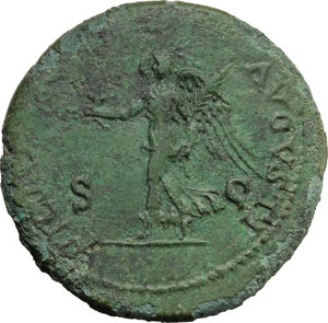 R/ Nero (54-68).  AE Dupondius, Lugdunum mint. Obv. NERO CLAVD CAESAR AVG GER PM TR P IMP PP. Laureate head right. Rev. VICTORIA AVGVSTI SC. Victory walking left, holding wreath and palm. RIC 449. AE. g. 13.24  mm. 30.00   A magnificent portrait. Enchanting emerald-green patina. Good VF/VF.