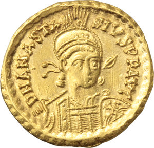 D/ Anastasius I (491-518).  AV Solidus, Constantinople mint, 492-507 AD. Obv. DN ANASTASIVS PP AVG. Helmeted and cuirassed bust facing slightly right, holding spear and shield. Rev. VICTORIA AVGGG I. Victory standing left, holding long jewelled cross; star in right field; in exergue, CONOB. D.O. 3 i. Sear 3. AV. g. 4.47  mm. 21.50   A superb example. EF.