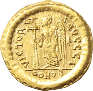 R/ Anastasius I (491-518).  AV Solidus, Constantinople mint, 492-507 AD. Obv. DN ANASTASIVS PP AVG. Helmeted and cuirassed bust facing slightly right, holding spear and shield. Rev. VICTORIA AVGGG I. Victory standing left, holding long jewelled cross; star in right field; in exergue, CONOB. D.O. 3 i. Sear 3. AV. g. 4.47  mm. 21.50   A superb example. EF.