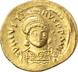 D/ Justin I (518-527).  AV Solidus, Constantinople mint. Obv. DN IVSTINVS PP AVI. Helmeted and cuirassed bust facing slightly right, holding spear and shield. Rev. VICTORIA AVGGG S. Victory standing facing, head left, holding staff terminating in inverted staurogram; star to left; in exergue, CONOB. D.O. 1. Sear 55. AV. g. 4.51  mm. 22.00   A superb example. Broad flan, underlying luster. EF. The reverse type, with the traditional female Victory, was only issued up to 28 March 519 when the union with Rome was concluded. After this event the following type, with male Angel, was introduced and subsequently became the standard reverse for the solidus (D.R. Sear, Byzantine coins, p. 44).