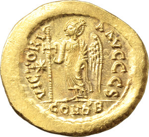 R/ Justin I (518-527).  AV Solidus, Constantinople mint. Obv. DN IVSTINVS PP AVI. Helmeted and cuirassed bust facing slightly right, holding spear and shield. Rev. VICTORIA AVGGG S. Victory standing facing, head left, holding staff terminating in inverted staurogram; star to left; in exergue, CONOB. D.O. 1. Sear 55. AV. g. 4.51  mm. 22.00   A superb example. Broad flan, underlying luster. EF. The reverse type, with the traditional female Victory, was only issued up to 28 March 519 when the union with Rome was concluded. After this event the following type, with male Angel, was introduced and subsequently became the standard reverse for the solidus (D.R. Sear, Byzantine coins, p. 44).