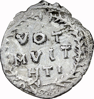 R/ Justinian I (527-565).  AR Half Siliqua. Carthage mint. Obv. DN IVSTINIANVS PP AG. Diademed, draped and cuirassed bust right. Rev. VOT/MVLT/HTI within wreath; in exergue, CONOS (sic). DOC 280. Sear 253. AR. g. 1.11  mm. 15.00   Scratches on reverse. About VF.