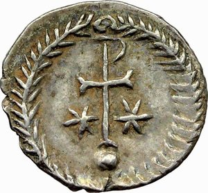 R/ Justinian I (527-565).  AR Half Siliqua, Ravenna mint. Obv. DN IVSTINIANVS PP A. Diademed and cuirassed bust right, wearing imperial mantle. Rev. Christogram on globe between two stars; all within wreath. Cf. D.O. 339 var. Ranieri 361 var. Sear 320 var. AR. g. 0.71  mm. 12.00  RRR.  About FDC/EF. Very rare and superb. Enchanting light patina with iridescent hues.