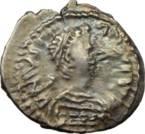 D/ Justinian I (527-565).  AR Half Siliqua, Ravenna mint. Obv. DN IVSTINIANVS PP [ ]. Diademed and cuirassed bust right, wearing imperial mantle. Rev. Christogram on globe between two stars; all within wreath. Cf. D.O. 339 var. Ranieri 361 var. Sear 320 var. AR. g. 0.68  mm. 13.50  RR. Very rare, iridescent patina. About EF.