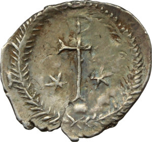 R/ Justinian I (527-565).  AR Half Siliqua, Ravenna mint. Obv. DN IVSTINIANVS PP [ ]. Diademed and cuirassed bust right, wearing imperial mantle. Rev. Christogram on globe between two stars; all within wreath. Cf. D.O. 339 var. Ranieri 361 var. Sear 320 var. AR. g. 0.68  mm. 13.50  RR. Very rare, iridescent patina. About EF.