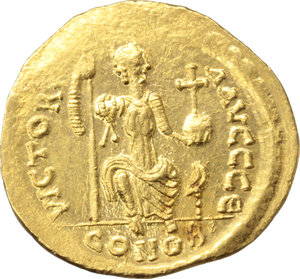 R/ Justin II (565-578).  AV Solidus, Constantinople mint. Obv. DN IVSTINVS PP AVI. Helmeted and cuirassed bust facing, beardless, holding globe surmounted by Victory and shield. Rev. VICTORIA AVGGG Є. Constantinopolis seated facing, head right, holding spear and globus cruciger; in exergue, CONOB. D.O. 4. Sear 345. AV. g. 4.47  mm. 20.00   Superb. Underlying luster. EF.