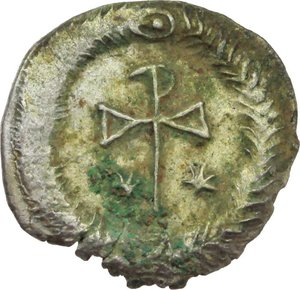 R/ Justin II (565-578).  AR Half Siliqua, Ravenna mint. Obv. DN IΛSTINVS PP AV. Diademed and cuirassed bust right, wearing imperial mantle. Rev. Christogram between two stars; all within wreath. D.O. 215.  Ranieri 425. AR. g. 0.72  mm. 12.00  RR. Slight encrustation. Delicate patina with iridescent hues. Good EF/EF.