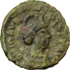 D/ Maurice Tiberius (582-602).  AE Decanummium, Ravenna mint. Obv. DN MAVR TIB P AVG. Helmeted, draped and cuirassed bust right. Rev. Large I between two stars. D.O. 293. T. 297. M.I.B. 148. Sear 599. Ranieri 496. AE. g. 2.32  mm. 15.00  RR. Very rare, green patina. VF.